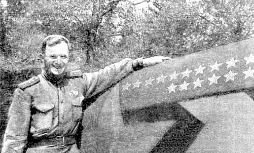 И.М.Корниенко у своего самолёта.