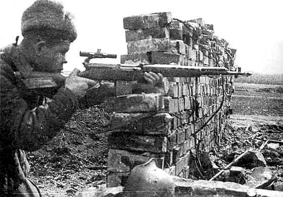 Старшина Н. Я. Ильин со своей снайперской винтовкой СВТ.