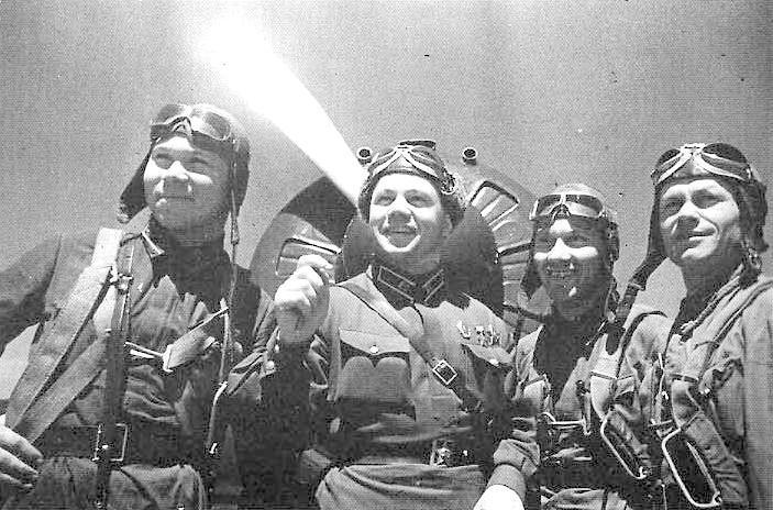 Командир 68-го ИАП Майор В. В. Зеленцов ( второй слева ) с лётчиками полка