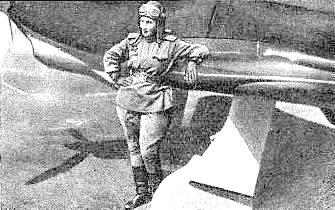 Лидия Литвяк у своего самолёта